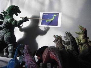 Godzilla_con_la_cartina_geografica_del_Giappone